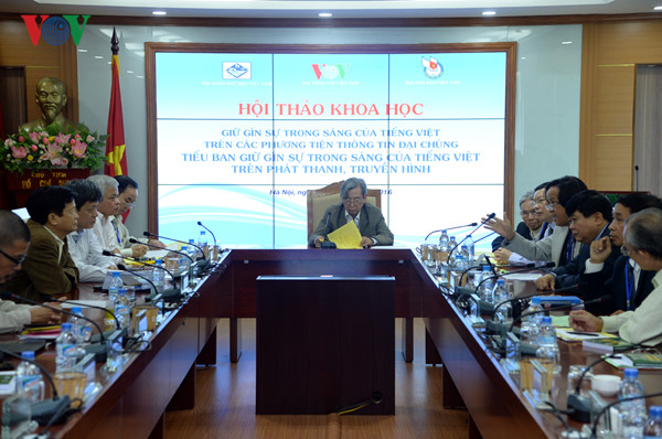 """Hội thảo hội thảo khoa học quốc gia """"Giữ gìn sự trong sáng của Tiếng Việt trên các phương tiện thông tin đại chúng"""" - BS Kiệt đeo kính ở bìa phải của ảnh - ảnh VOV"""